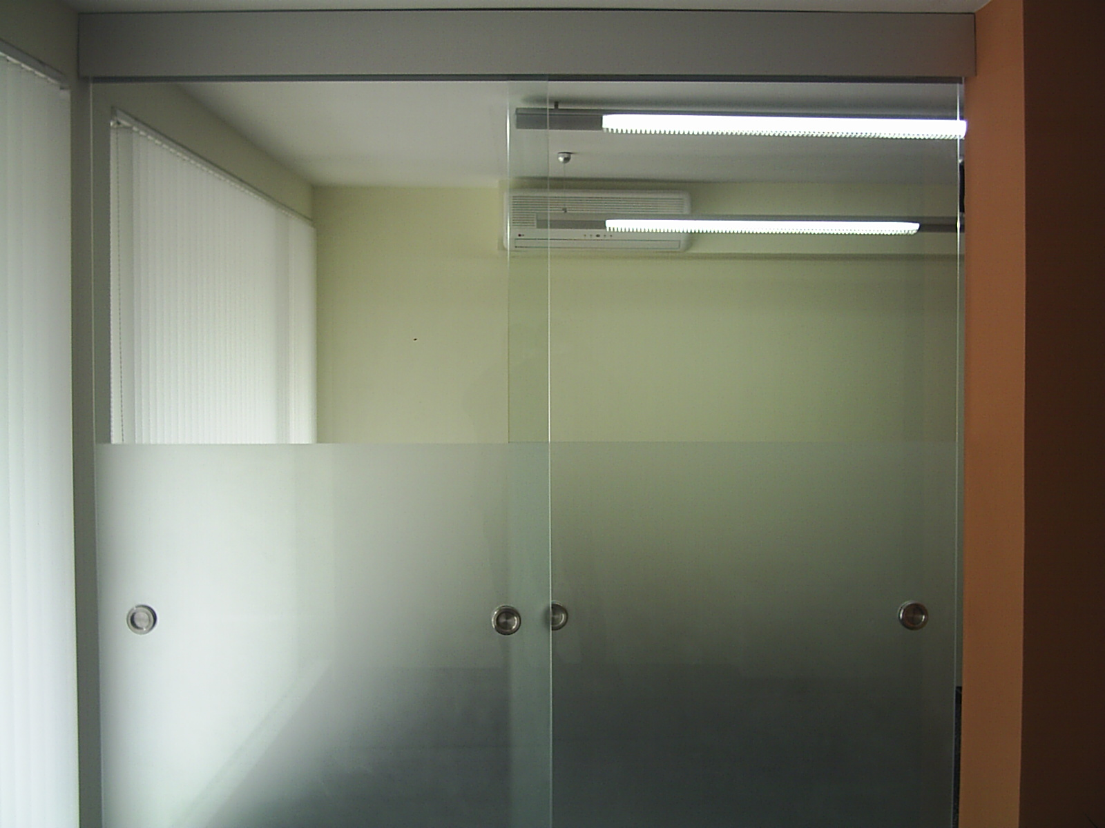 A guide to glass entrance and glass systems bear glass blog for Office glass door entrance designs